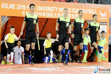 萌萌小球童亮相男子组半决赛 自信笑容展现新一代少年人风采
